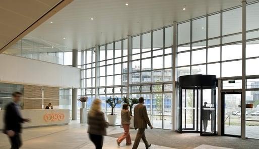 Puerta giratoria en lobby