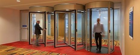 """las puertas giratorias de seguridad y los portales tipo """"mantrap"""" o esclusas."""