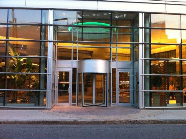 Las puertas giratorias requieren que haya una puerta oscilante o corredera dentro de 10 pies en el mismo plano de construcción