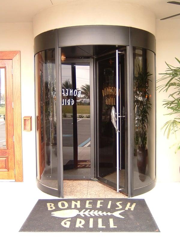 puerta giratoria_TQM_Bonefish Grill_Lakeland FL
