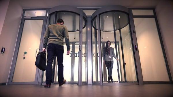 dos puertas de securidad control aceso a un centro de dato