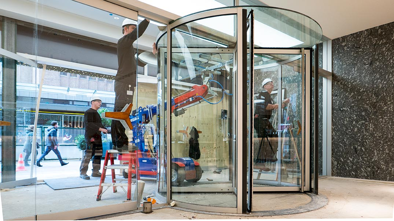 Glasservice: glasplafond tourniquetdeur Bijenkorf Rotterdam | Boon Edam