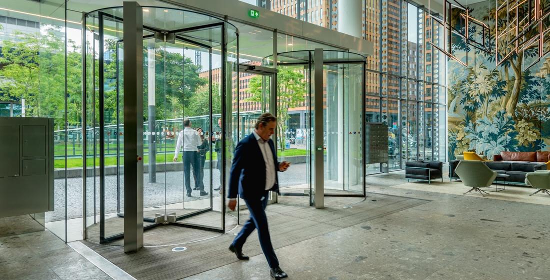 Een volglas tourniquetdeur als entree, wat zijn de mogelijkheden?