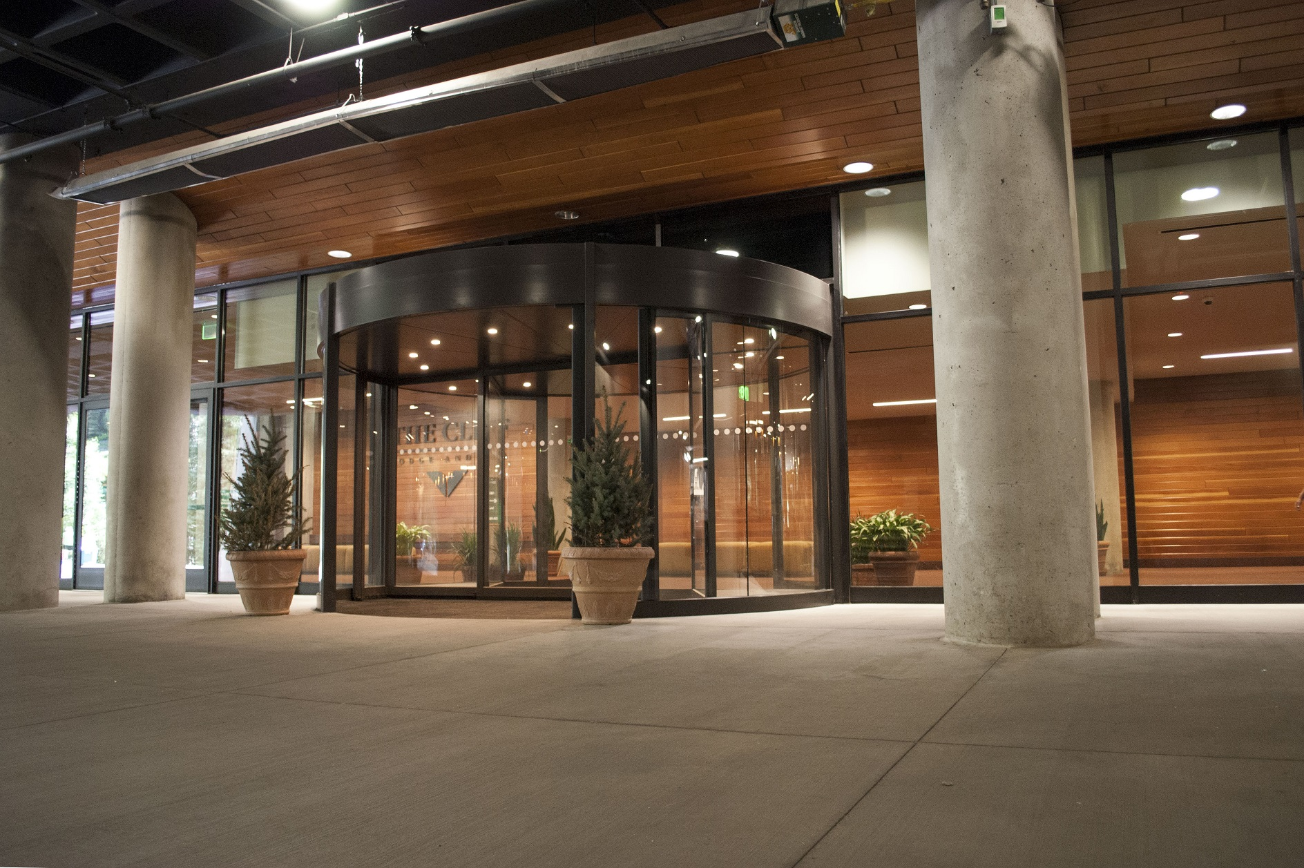 Revolving Doors Counteract the Wind Tunnel Effect at Buildings