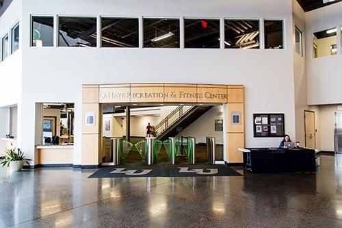Muchas instalaciones educativas emplean a estudiantes a entradas de hombres